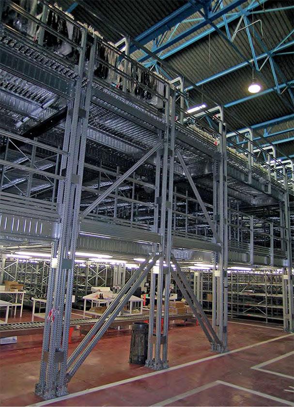magazzino con soppalco di scaffalature industriali